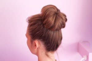 curl-your-hair-without-heat-sock-bun