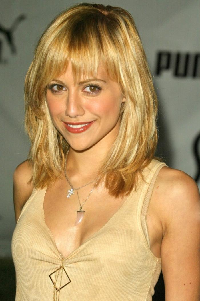 shoulder length blonde hairstyle