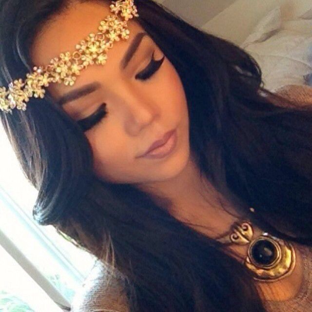 wavy-hairstyle-with-a-flower-head-band-hairstyle-for-women