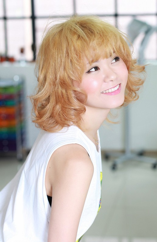 short curly hairstyle with bangs Sweet and chic