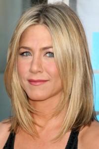 MEDIUM STRAIGHT HAIRSTYLE for Women above 50 - Jennifer Aniston