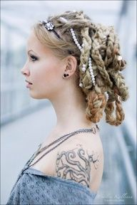 dreadlocks-hairstyle-for-women-Messy lattice crown
