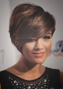 short-hairstyles-for-round-faces-An asymmetrical side sweep