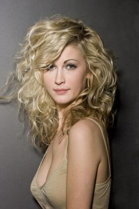 bohemian-curls-hairstyle-for-women-at-age-30