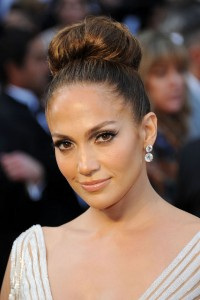 jennifer-lopez-knotted-bun-hairstyle-for-oscar